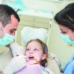 Młody pacjent w gabinecie stomatologicznym