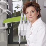 Wielu rodziców bagatelizuje leczenie zębów mlecznych u dzieci. Może to prowadzić do chorób zębów stałych i wad zgryzu