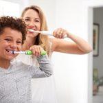 Szczotką i pastą – Jak prawidłowo dbać o higienę jamy ustnej dziecka? Krótki poradnik dla rodziców.